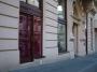 Výkladce a dveře hotelu